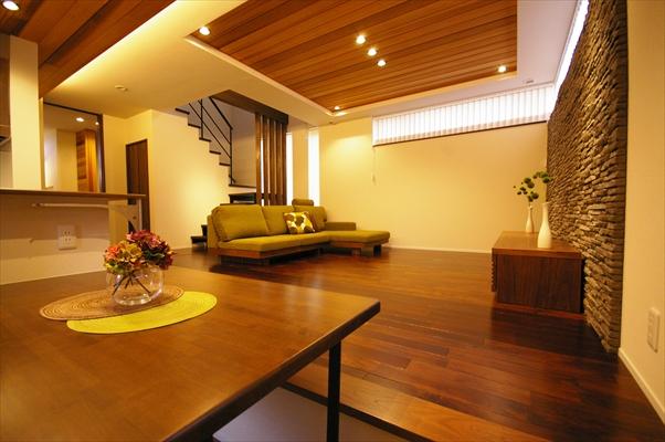 実家の敷地内に建てた、木の質感を生かしたモダンデザインハウス